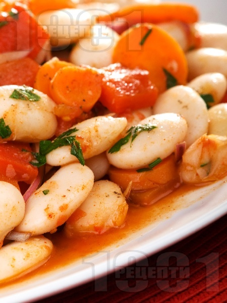 Традиционна бобена (фасулена) салата с моркови, печени чушки и доматено пюре - снимка на рецептата